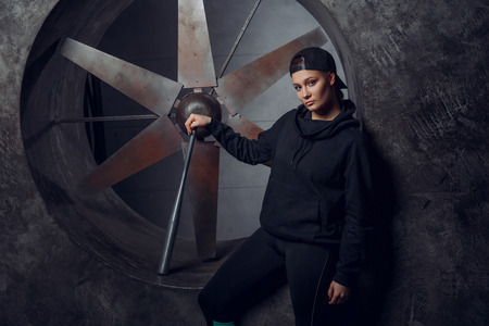 Un giovane con una mazza di metallo contro l'elica