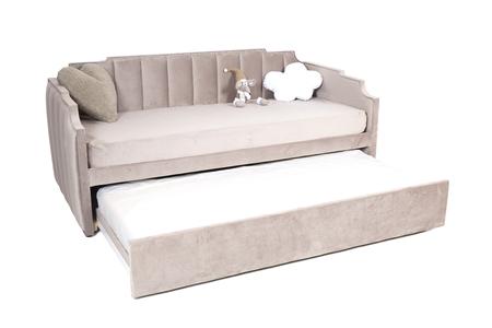 Canapé-lit pliant pleine grandeur en tissu marron clair avec espace de rangement, isolé sur fond blanc, sélection de chemin enregistrée.