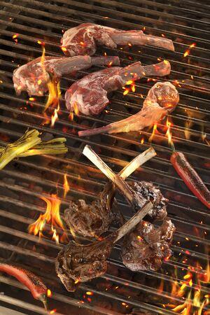 Diferentes asados Carnes y verduras asadas a la brasa sobre llama.