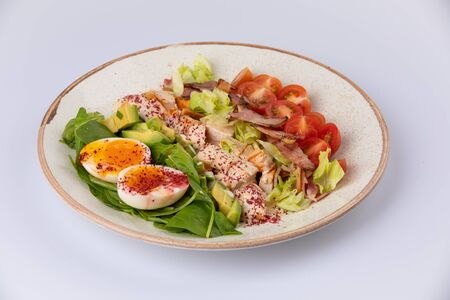 Healthy Hearty Cobb Salad with Chicken Bacon Tomato Onions and Eggs 스톡 콘텐츠