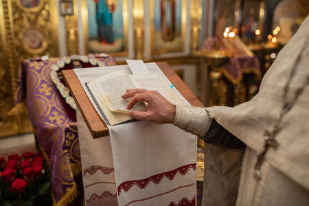 Hands of christian orthodox priest reading a bible. Archivio Fotografico