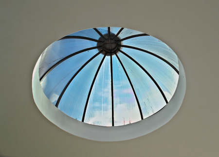 reloj de sol: Small transparent dome with look at sky