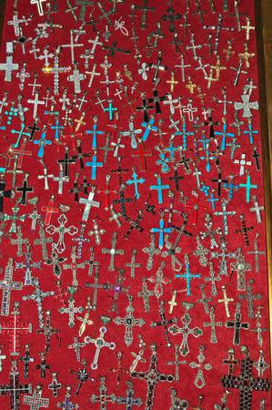 販売のためのディスプレイケースの十字架の数が多い