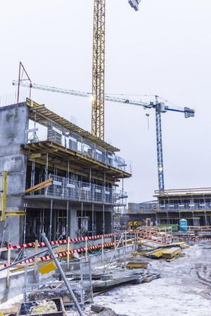 Unfinished Wohngebäude und zwei Kränen. Betonbau Schalung. Baustelle in der Stadt Warschau, Polen.