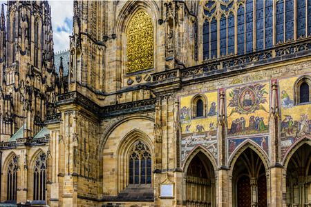 gargouille: Details of the Gothic cathedral.South facade. Gargoyle,pinnacle, spire, arbutan,rosette,stained glass window,mosaic.Cathedral of Saints Vitus . Area of the Old Town of Prague,Czech Republic. Banque d'images