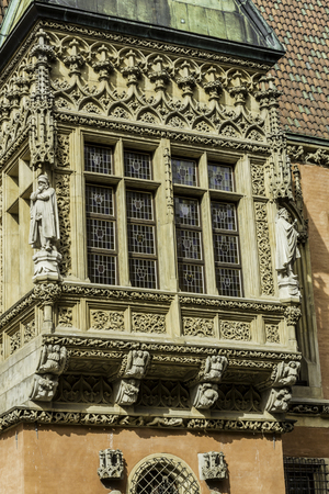 Detail of the facade of the medieval Town Hall. Windows,sculptures,stone decoration.Mixed style of architecture - Gothic and Baroque. Vroslav,Poland. 免版税图像