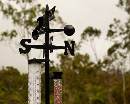 rain gauge: Estaci�n meteorol�gica veleta temperatura y medidor de lluvia