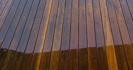 floorboards: Suelos de madera en la cubierta exterior mojados de agua de lluvia para el fondo