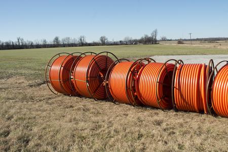 Glasfaserkabel bereit, in einer ländlichen Gegend mit einer alten Scheune verlegt werden