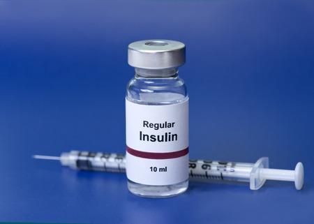 파란색 배경의 라벨에 인슐린 주사기와 정기적 인 인슐린은 진짜가 아닌