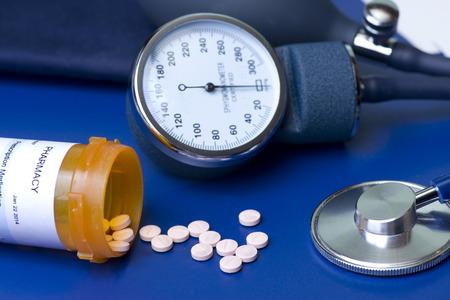 hipertension: Medicamentos para la presi�n arterial, manguito y estetoscopio.