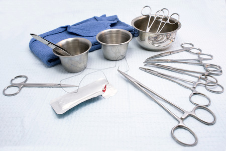 surgical: Instrumentos quirúrgicos con tazas de la medicina y de la sutura. Foto de archivo