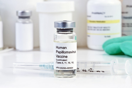 병원에서 병에 주사기와 인간 유두종 바이러스 백신.