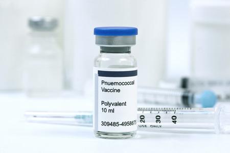 vacunacion: Vacuna contra la neumonía neumocócica en viales con jeringas.