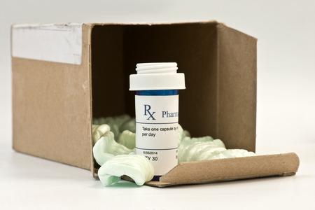 recetas medicas: Correo prescripción orden con caja de espuma de poliestireno y cacahuates.