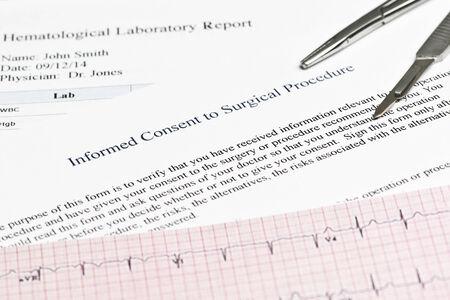 informait: Le consentement �clair� pour la forme de proc�dure chirurgicale avec le rapport de l'h�matologie et �lectrocardiographe. Banque d'images