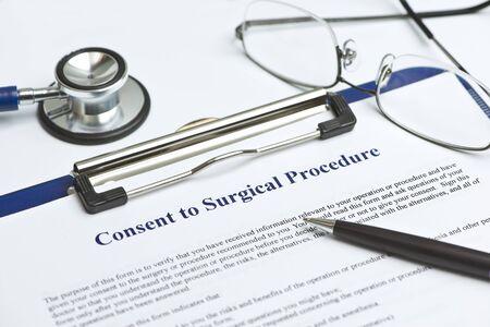 informait: Le consentement �clair� pour le formulaire d'intervention chirurgicale sur la table blanche avec un stylo et d'un st�thoscope.