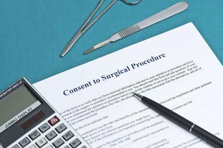 informait: Le consentement �clair� pour le formulaire d'intervention chirurgicale sur la table chirurgicale avec la calculatrice et un stylo. Banque d'images