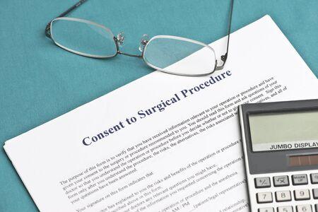 informait: Formulaire de consentement �clair� avec la calculatrice et des lunettes.