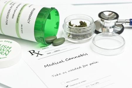 Medische marihuana recept met fles en stethoscoop. Stockfoto