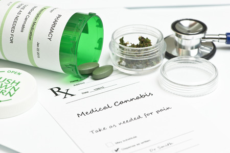 recetas medicas: Prescripci�n de marihuana medicinal con la botella y estetoscopio. Foto de archivo