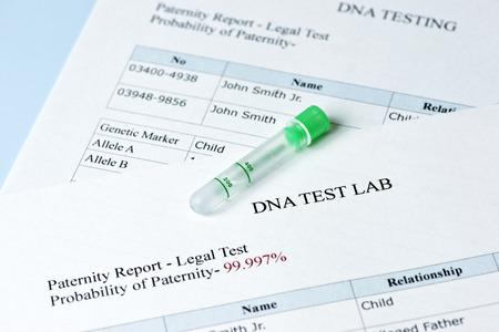 Vaderschapstest resultaten rapporteren met lab monster reageerbuis.