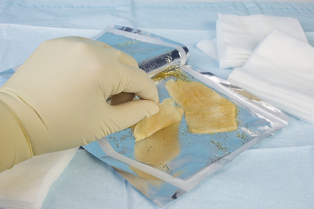herida: Enfermera selecciona hidrogel estéril vestirse para su uso en una quemadura o herida.