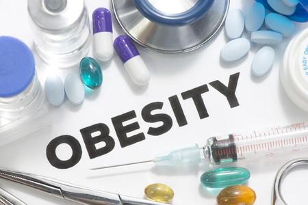 sedentario: La obesidad foto del concepto con las píldoras, viales, jeringas e instrumentos quirúrgicos.