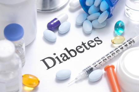 糖尿病インスリン、シリンジ、バイアル、丸薬、聴診器と概念。