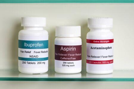 L'aspirine, l'ibuprofène et l'acétaminophène dans l'armoire à pharmacie. Les étiquettes sont fictifs et ressemblance avec un quelconque produit réel est une coïncidence.