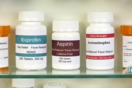 Aspirine, ibuprofen en paracetamol in het medicijnkastje. Labels zijn allemaal fictief en gelijkenis met een daadwerkelijke product is toeval.