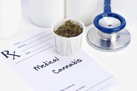 Marijuana medica in bicchiere di carta con la prescrizione. Documento è fittizio. Archivio Fotografico - 52565090