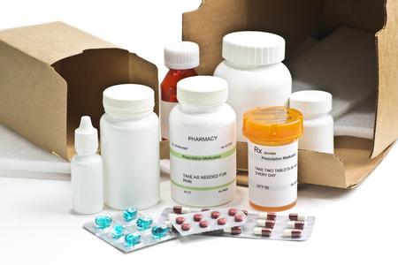 medicamentos de venta por correo. Los números de serie, fechas y números completamente aleatorios, las etiquetas son ficitious y creado por el fotógrafo. Foto de archivo
