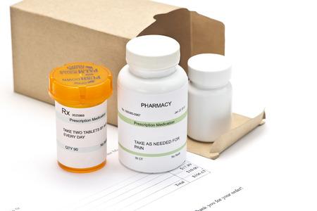 medicamentos de venta por correo con la factura. Los números de serie, fechas y números completamente aleatorios, las etiquetas son ficitious y creado por el fotógrafo. Foto de archivo