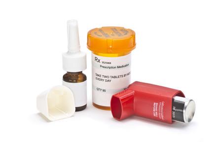 asma: medicamentos contra el asma en el fondo blanco. Los n�meros de serie, fechas son completamente n�meros aleatorios, las etiquetas son ficticios y creado por el fot�grafo. El albuterol es un nombre com�n de la medicaci�n.