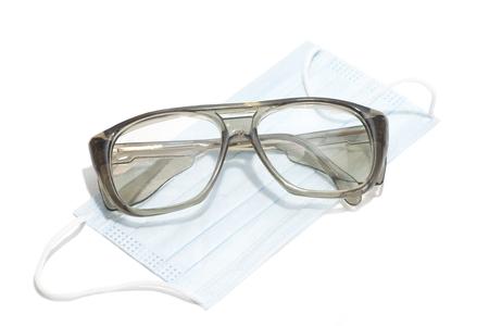 elementos de protecci�n personal: gafas de seguridad y m�scara de protecci�n personal durante los procedimientos m�dicos.