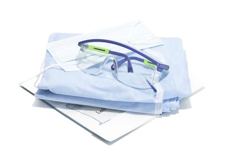 elementos de protecci�n personal: Guantes, mascarilla, bata y gafas de seguridad para la protecci�n personal durante los procedimientos quir�rgicos.