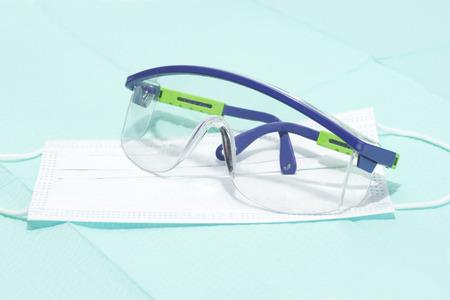 elementos de protecci�n personal: gafas de seguridad y m�scara de pl�stico est�ril para la protecci�n personal durante los procedimientos m�dicos.