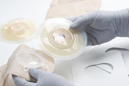 간호사는 환자와 함께 사용 ostomy 공급을 준비합니다.