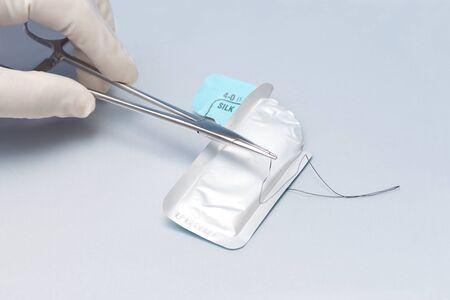Le chirurgien charge la suture sur le porte-aiguille. Banque d'images