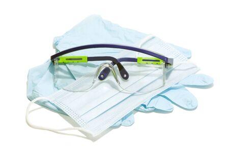 Handschoenen, masker en veiligheidsbril voor persoonlijke bescherming op witte achtergrond.