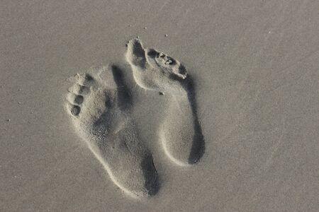 Porównanie budowy stopy osoby zdrowej i osoby z płaskostopiem. Ślady różnych ludzi. Zwykła stopa i stopa z płaskostopiem.