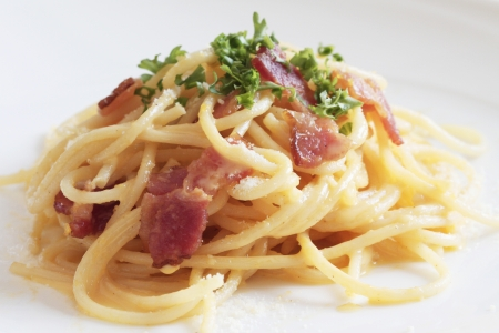 spaghetti saus: spaghetti carbonara op een witte achtergrond