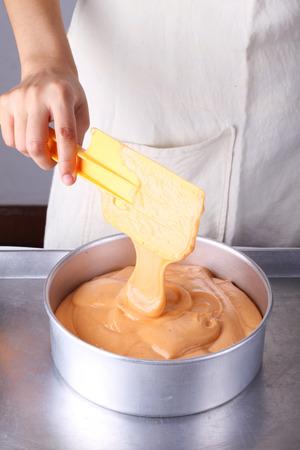 Het maken van thee chiffon Cake. Gieten cakebeslag in bakvorm Stockfoto