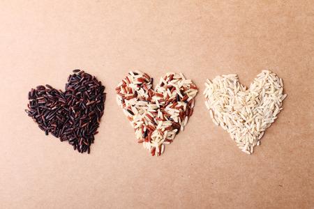 langkorrelige rijst ricebrown houden gezonde concept bruine achtergrond