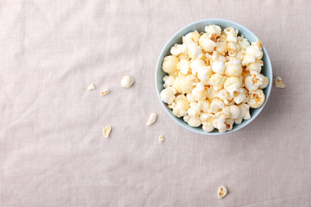 palomitas: palomitas de caramelo en un tazón en la mesa con la servilleta