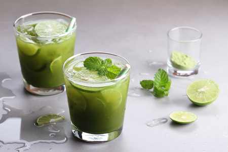 iced green tea with lime and fresh mint 版權商用圖片