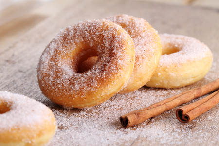 Sweet pieces of sugar doughnuts with cinnamon sugar Foto de archivo