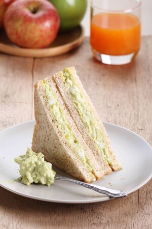 fill in: healthy avocado egg salad fill in  whole wheat sandwich bread for breakfast