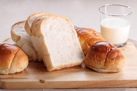 pan y bollos blanco rebanado Foto de archivo